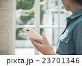 女性とスマートフォン 23701346