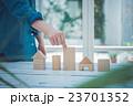 住宅 積木 女性の写真 23701352