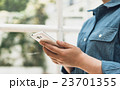 女性 スマートフォン 検索の写真 23701355