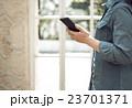女性とスマートフォン 23701371