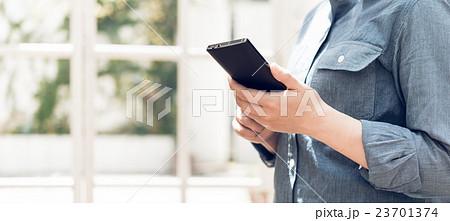 女性とスマートフォン 23701374