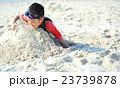 ビーチで砂遊びする子ども 23739878