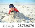 ビーチ 砂遊び 子供の写真 23739879