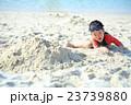 ビーチで砂遊びする子ども 23739880