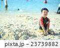 ビーチで砂遊びする子ども 23739882