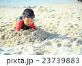 ビーチで砂遊びする子ども 23739883