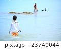 海水浴をする親子 23740044