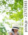ピクニックでおにぎりを食べる女の子 23753983
