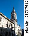 真っ青な快晴の下 大きいタワーの付いた石造りの教会スペインビルバオにて 23757622