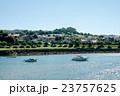 スペインビルバオ 丘の上のふもとに立つ住宅街と川に浮かぶボート 23757625
