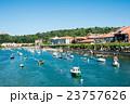 スペインビルバオ 丘の上のふもとに立つ住宅街と川に浮かぶボート 23757626