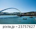 スペインビルバオ 丘の上のふもとに立つ住宅街と大きなアーチ橋近くに浮かぶボート 23757627