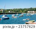 スペインビルバオ 丘の上のふもとに立つ住宅街と川に浮かぶボート 23757629