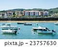 スペインビルバオ 丘の上のふもとに立つ住宅街と川に浮かぶボート 23757630