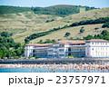 スペインビルバオ近くの海水浴場 丘のふもとに立つリゾートホテルとたくさんの海水浴客 23757971