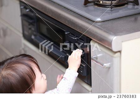 いたずら 赤ちゃん ベビー (幼児 女の子 1才 1歳 コンロ イタズラ キッチン 台所 調理場) 23760383