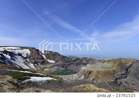 噴火警戒立ち入り規制前のエメラルドグリーンに輝く蔵王お釜の撮影スポットと晴天の青空画像フリー 23761525