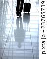 男性 ビジネスマン スーツケースの写真 23765739