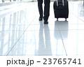男性 ビジネスマン スーツケースの写真 23765741