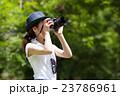 一眼レフカメラで撮影を楽しむカメラ女子 23786961