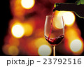 ワインを注ぐ 23792516