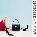 黒いハンドバッグとハイヒールの女性の足。 23808149