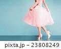 ピンクのスカートとハイヒールの女性 23808249