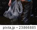 川エビ・サワガニを捕る、投網の漁師-2 23866885