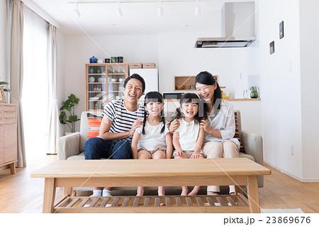 若い家族 23869676