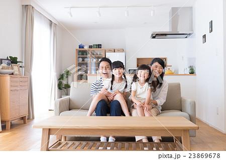 若い家族 23869678