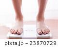 体重計に乗る女性、ダイエット、美容 23870729