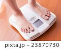 体重計に乗る女性、ダイエット、美容 23870730