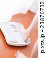 体重計に乗る女性、ダイエット、美容 23870732