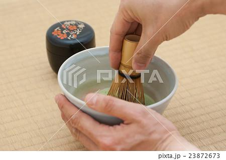 畳の上でお抹茶を点てる 23872673