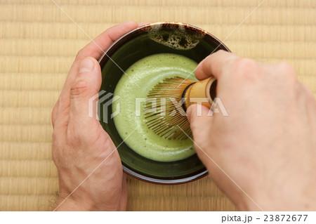 畳の上でお抹茶を点てる 23872677