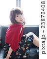 赤のカーデの女 23876408
