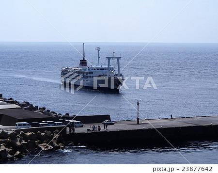 御蔵島港と客船 23877642