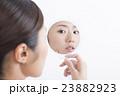 ビューティ 鏡を見て 肌荒れ発見イメージ ネガティブ 暗い表情 白バック 23882923