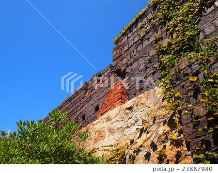 廃墟のレンガ壁 23887980
