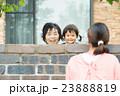笑顔で遊ぶ親子 23888819