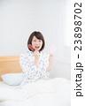 寝起き 女性 23898702