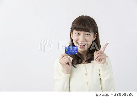 クレジットカードを持つ女性 キャッシュレス 23908530