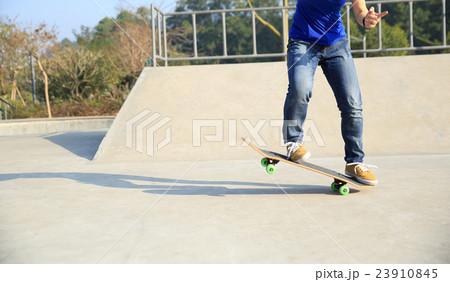 skateboarding woman practice ollie at skatepark 23910845