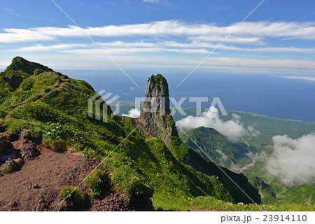 利尻山山頂から望む南峰とローソク岩 23914110