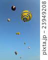 フライトする複数の熱気球 23949208