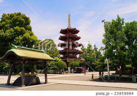 川崎大師 五重塔と手水舎 23959984