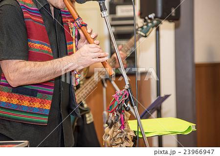 南米ペルー音楽の楽器 ケーナを吹くペルー人 23966947