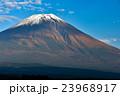 初雪が積もった富士山 23968917