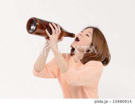 一升瓶をラッパ飲みする若い女性 23980914