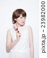 ショートヘア 女性 23982000